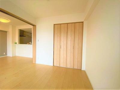 約6.0帖洋室にはクローゼットがあり、お部屋を有効的にお使いいただけます。