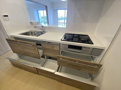 使い勝手が良さそうな広めのシンクで、収納豊富なキッチンです。