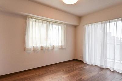 リビングに隣接する約6帖の洋室はうれしい2面採光
