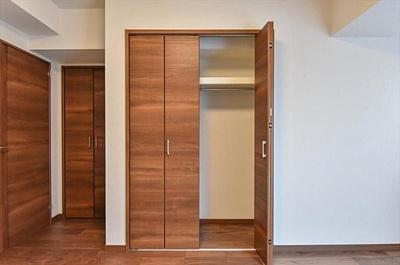 こちらのお部屋には2か所収納がございます