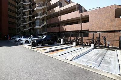 敷地内には駐車場もございます。最新の空き状況等はお問い合わせ下さい