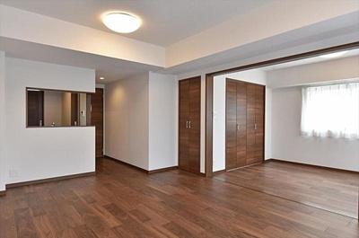 隣接する洋室を開放すればさらに広い空間としても