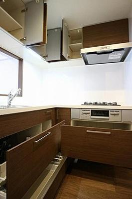 上部空間も有効に使える収納豊富なシステムキッチン