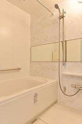 一日の疲れをいやすバスルームには追焚機能・浴室換気乾燥機付
