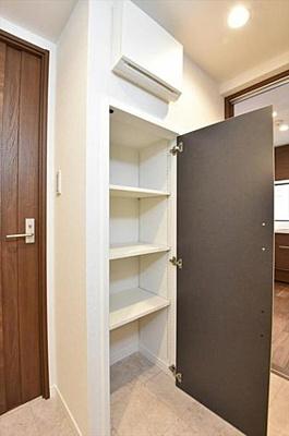 洗面スペースには便利な収納付きです