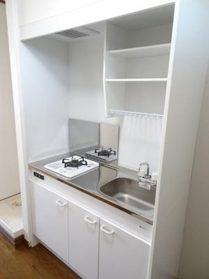 深尾マンション キッチンはガスコンロ1口のシステムキッチンです 鶯谷の賃貸物件。 深尾マンション