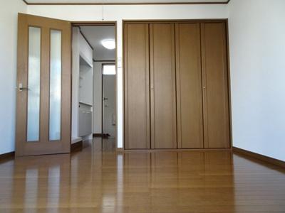 深尾マンション 洋室5.5帖(バルコニー側から) 鶯谷の賃貸物件。 深尾マンション