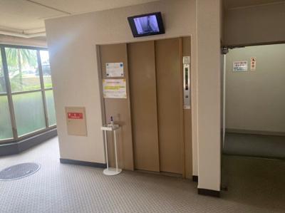 内部が見えるモニターのあるエレベーターです。