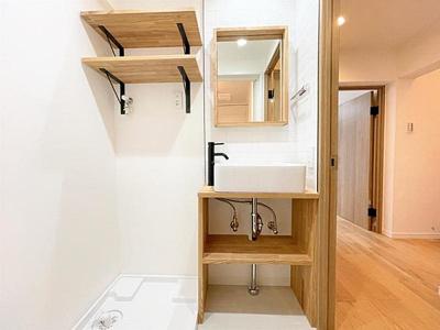 洗面スペースには室内洗濯機置場もございます