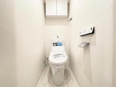 便利な上部収納付きの温水洗浄機能付きトイレです