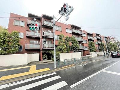 小田急線「成城学園前」駅徒歩約10分に立地しています