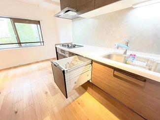 システムキッチンには家事を助けてくれる食洗機付き
