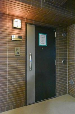 ツートンカラーがおしゃれな玄関ドアです