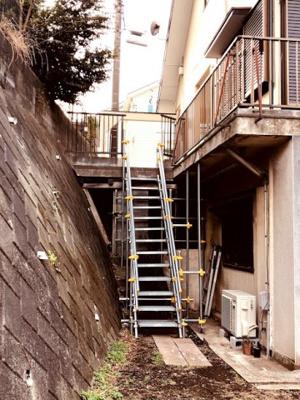駐車場から階段を下りてお庭に出られます