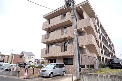 鉄筋コンクリート造の4階建てマンションです。