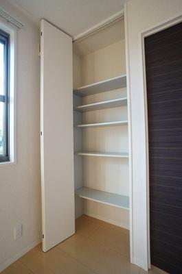 洋室5.6帖のお部屋にある収納スペースです!天井高の収納スペースで荷物をたっぷり収納できます!