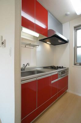 3口ガスコンロ/グリル付きシステムキッチンです☆場所を取るお鍋やお皿もたっぷり収納できてお料理がはかどります!換気のできる窓付きでお料理の匂いもこもりません!