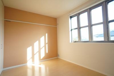 南向き洋室5.6帖のお部屋は陽当たり良好です!オシャレなアクセントクロスが魅力的なお部屋です☆壁にはピクチャーレールがあり、絵や写真が飾れます☆