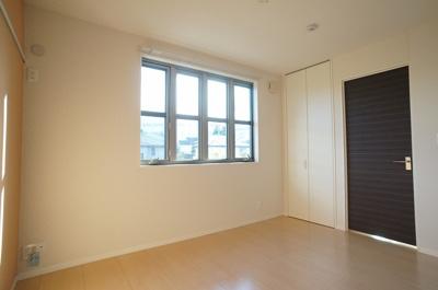 収納スペースとクローゼットのある洋室5.6帖のお部屋です!荷物やお洋服の多い方もお部屋が片付いて快適に過ごせますね♪