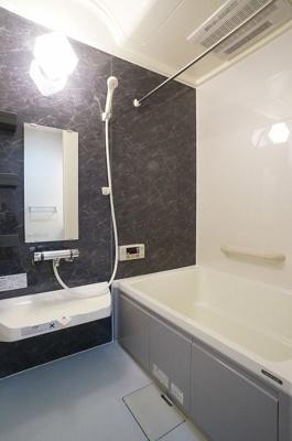追い焚き機能・浴室暖房乾燥機&物干しバー付きバスルーム♪外に干せないお洗濯物もすっきり乾きます♪