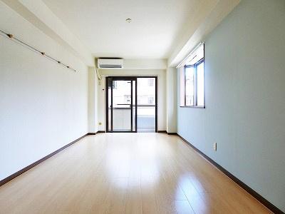 バルコニーに繋がる南東向き角部屋二面採光洋室8.6帖のお部屋です!エアコン付きで1年中快適に過ごせますね☆出窓には写真や小物を飾れるので、お部屋が華やぎますね☆