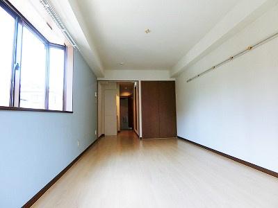 収納スペースのある南東向き洋室8.6帖のお部屋です!荷物をたっぷり収納できてお部屋がすっきり片付きます☆壁にはピクチャーレールがあり、絵や写真が飾れます♪