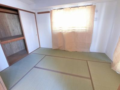 6.0帖の和室は2面採光で日当たり・風通し◎ 明るいリビングと接した和室はオープンにすると開放感あふれるスペースに。