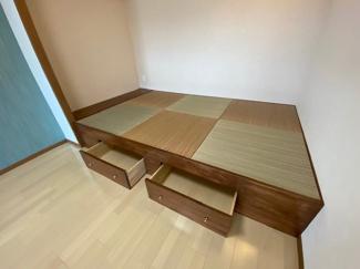 畳コーナーです♪ヘリの無い琉球畳で洋風なリビングにもマッチしております!!引き出しも有り、小物収納ができます(^^)