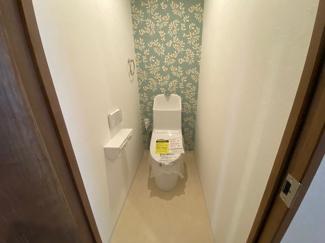 新品のトイレです♪温水洗浄便座です!アクセントクロスがお洒落ですね(^^)水廻り全てが新品で気持ちよくご入居していただけます(^^)