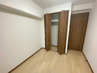 洋室4.3帖です♪クローゼットも設けられており、室内を有効に使用していただけます(^^)在宅ワークのお部屋としても活躍してくれますね♪
