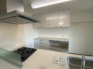 キッチン後方にはカップボードも設けられております♪統一感があり、素敵なキッチンです(^^)お料理するのも楽しくなりますね♪