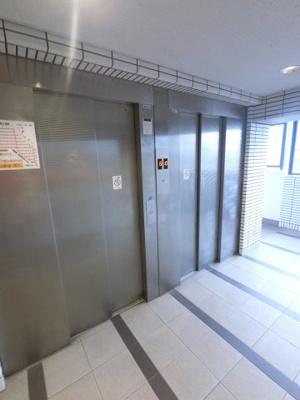 エレベーター二基付きのマンション。 お買い物やベビーカーの出し入れに便利です。