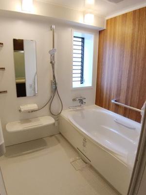 広い浴室 浴室にも窓が付いております