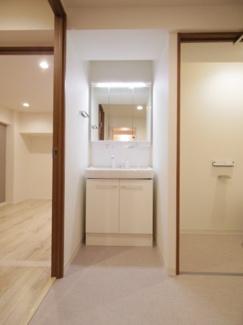 独立洗面台も新規交換済です。明るい照明で身だしなみを細かくチェックできますね。