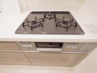 3口ガスコンロ(新規交換済)。お料理の作業効率も上がる3口コンロは嬉しい設備です。