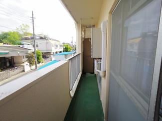 バルコニーは大通りとは反対に位置しております。2階のお部屋ですが他の建物の目線も気にならず、安心してお住まいいただけそうです。