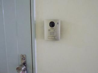 玄関前のインターホンは新規交換済。室内のモニターホンにてお客さまをご確認いただけます。