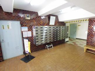 メールボックスは管理人室横にございます。エレベーターとも距離が近く確認の手間はそれほどかかりません。
