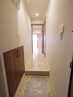玄関ドアを開けるとすぐに綺麗にリフォームされた玄関がお出迎え。照明も明るく落ち着いたスペースとなっております。