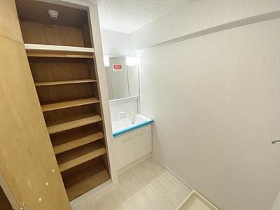 洗面室にも収納があり、タオルなどがしまえます。