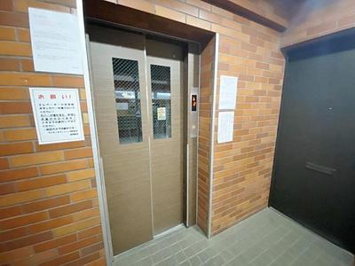 エレベーター付きの建物で上階へもらくらく上がれます。