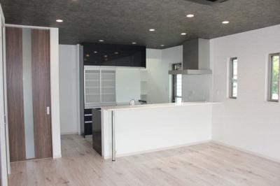 キッチンは収納が多いとすっきり片付きます♪ダウンライトも人気です☆当社施工例です!