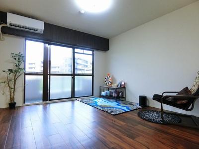 バルコニーに繋がる南東向き洋室8帖のお部屋です!収納スペースもあるので、お部屋がすっきり片付きます☆※参考写真※