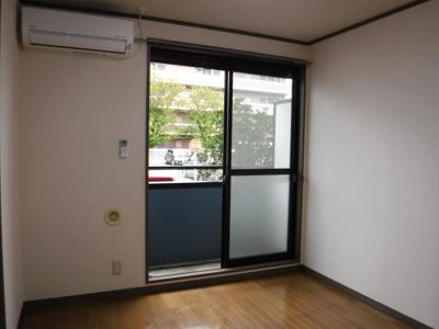 玄関側洋室6帖。窓の外には格子を備えております。
