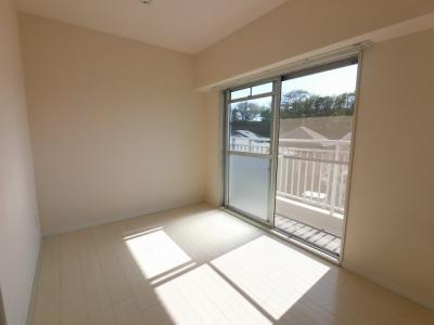 5.7帖の洋室はバルコニーに面しており日当たり良好♪ 子供部屋やワークスペースとしても活用できます。