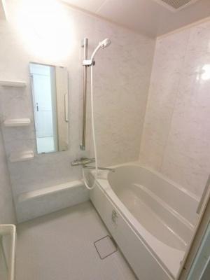 お湯はり機能付のユニットバスです。 足を伸ばしてゆっくりと一日の疲れを癒す事ができます。