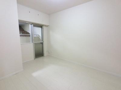 5.6帖の洋室は主寝室にいかがでしょうか。 バルコニーに面しており換気ができます♪