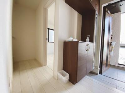 備え付けの下駄箱は可動棚仕様なので無駄なスペースなく靴を収納可能。来客時にスッキリした玄関でお出迎え出来るので気持ちがいいですね。