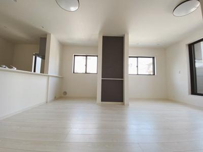 2階に位置するLDKは大きな窓から日差しが入り、明るい空間造りがなされているLDK。シンプルな色合いで家具やカーテンの色合いを選びません。