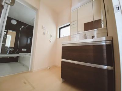 シックな色合いで空間全体がお洒落に見える洗面室は、小窓からの採光で明るく風通しがいいので湿気対策も考慮されています。シンプルな洗面台は収納力だけでなくシンクも広いです。